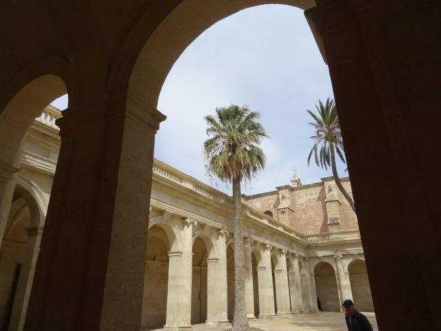 Kathedraal: binnenplein.