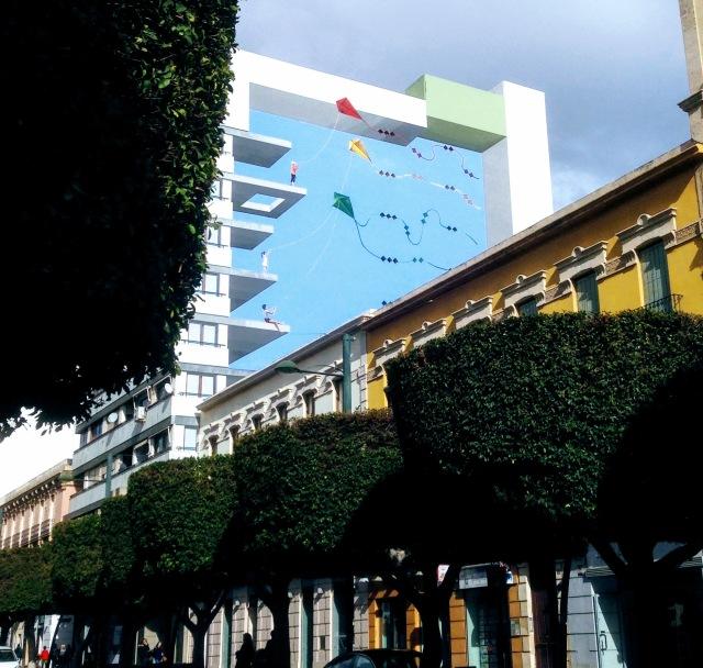 """Op het einde van de Paseo de Almeria. """"Trompe l'""""oeil"""" of illusie op de zijgevel van een appartement."""