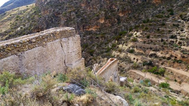 Zicht op de bovenkant van enkele watermolens. Het water viel via een soort schouw naar beneden op het waterrad.