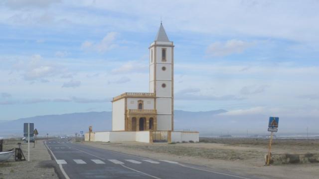 Langs het strand staat een heel mooi kerkje. Het staat daar als het ware heel alleen naast de zoutwinning. Het werd gerestaureerd maar is maar zelden open.
