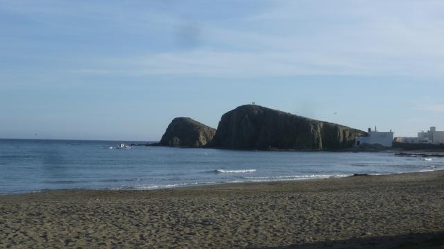 Vanop het strand daar heb je een mooi zicht op de eilanden van Isleta de Moro. Het is een mooi zandstrand en je kunt in de zomer in de schaduw van de bomen zitten. Er staan ook veel mobielhomes die er een uitstekende parking hebben.