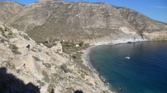 De baai komt in zicht met de ruine van een vervallen fort.