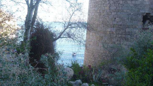 Een laatste idylisch zicht op de baai met een yacht dat er zal overnachten en een deel van het fort.