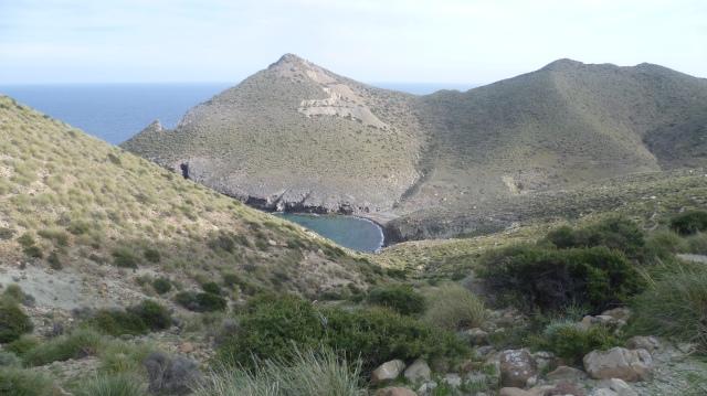 Vanaf de top van de heuvel zie je beneden het strandje liggen.