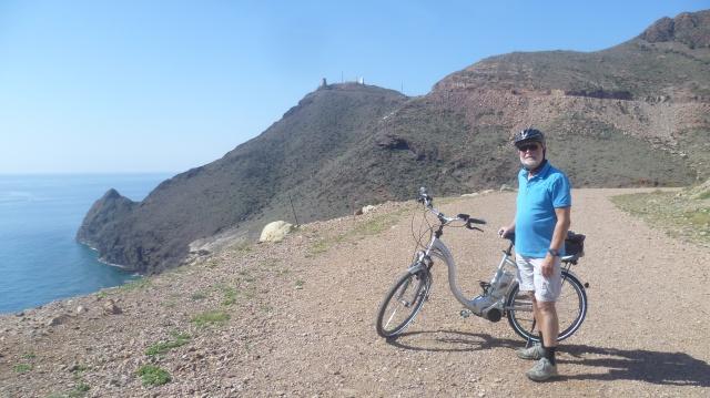 Achter mij zie je het hoogste punt van onze fietstocht.