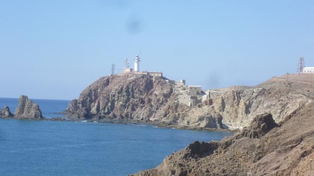 Met de auto reden we al dikwijls naar de vuurtoren van Cabo de Gata die je hier in de verte ziet. Het is steeds een mooi tocht waarvan we dachten dat hij heel hoog eindigde; Maar dat blijkt niet juist. Je kunt nog veel verder rijden. Dat hebben we nu dus ontdekt.