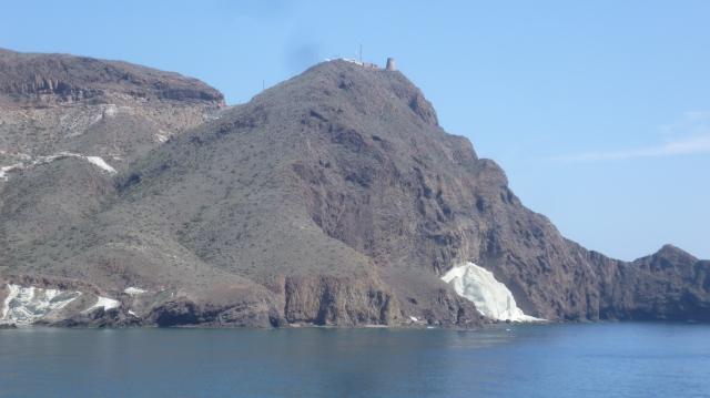 """Hier zien we dan eindelijk het beroemde """"Vela Blanca"""". Je moet om het te zien stoppen bij een klein strandje voorbij Cabo De Gata vuurtoren en de Torre de la Vela Blanca."""