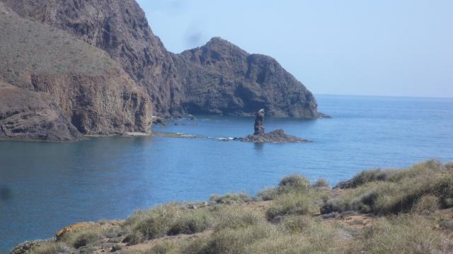 Voor de Vela Blanca is er nog een bezienswaardigheid. Een rotsblok in de vorm van een duim. Dedo. Hier duidelijk op de foto te zien.
