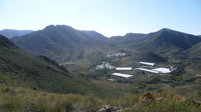 Over de bergkam zie je Hortichuelas en de baan naar boven richting Fernand Perez.