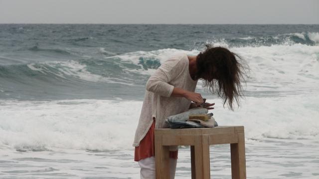 De beeldhouwers werken meestal op het strand bij het resort.