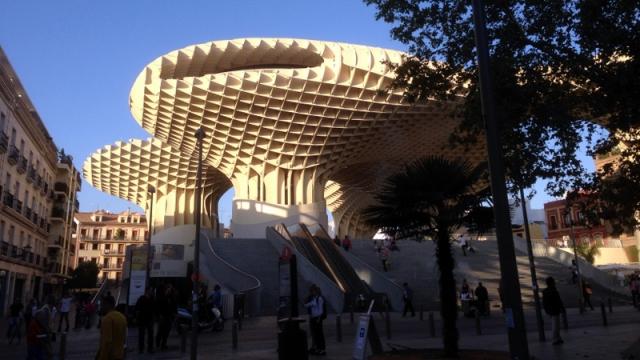 Sevilla heeft ook een moderne blikvanger. De Metropol Parasol. Een in hout opgetrokken constructie. Bovenaan loopt een wandelpad van waaruit je de zeer nabije oude stadskern kunt zien.