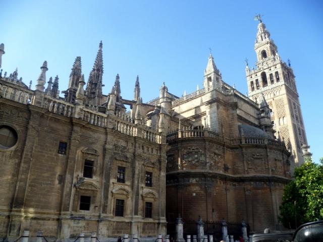 De kathedraal met er naast de Giralda toren. De toren hebben we beklommen via 34 hellingen. Veel minder lastig dan trappen.