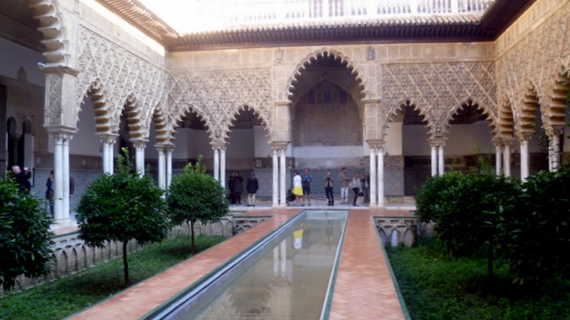 Het Real Alcazar naast de kathedraal maakt indruk en vinden wij minstens zo mooi als het Alhambra in Granada.