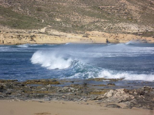 Veel wind en wegwaaiende golfkruinen.