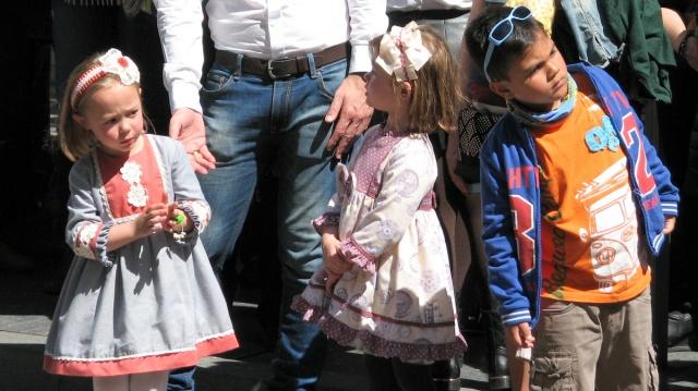 Kinderen op hun paasbest langs het parcours.