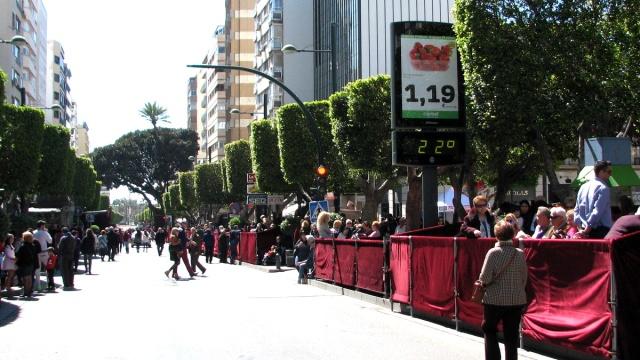 Langsheen een deel van de hoofdstraat staan tribunes.