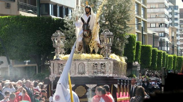 Het eerste beeld (paso) was christus op zijn ezel. Een geweldig beeld dat enorm zwaar weegt en het uiterste van de dragers vraagt.