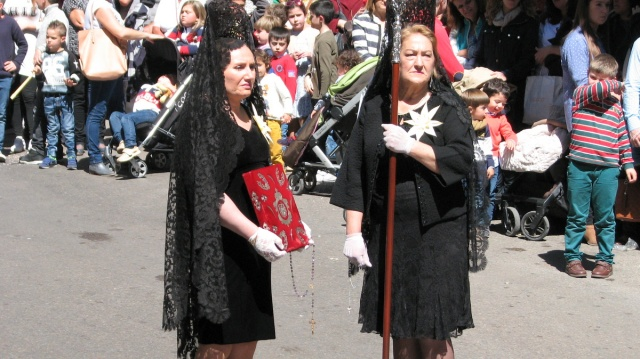 Ook veel dames hebben een grote rol. Met mantilla en traditionele spaanse pronkkledij.