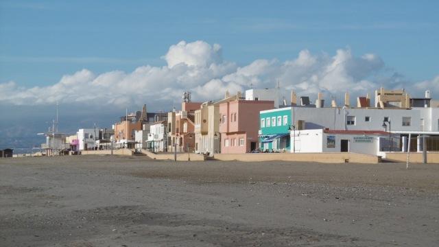 San Miguel de Cabo de Gata. Strandpromenade.